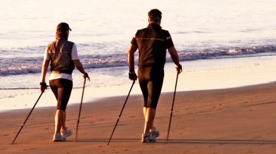 nordic walking hotel a jesolo. Camminata nordica in riva al mare.